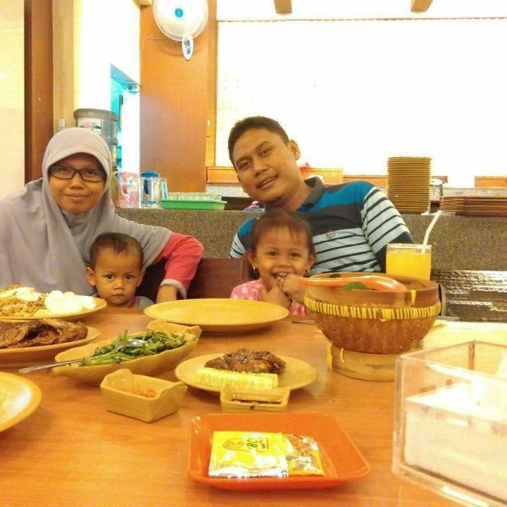 Erina Dwi Rochani dan Keluarga