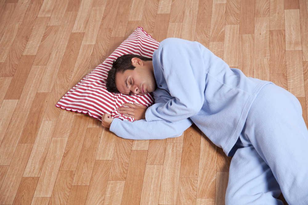 Keseringan Tidur Di Lantai Ternyata Dapat Menimbulkan Bahaya