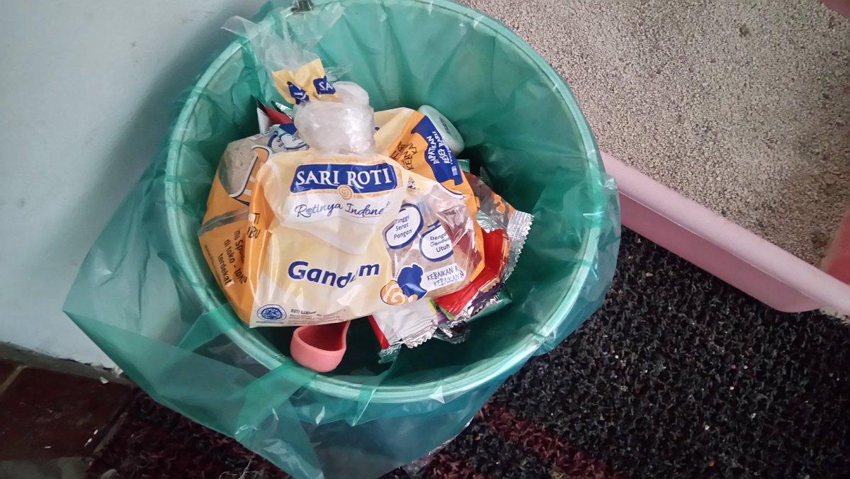 Lapisi Tempat Sampah Dengan Kantong Kresek