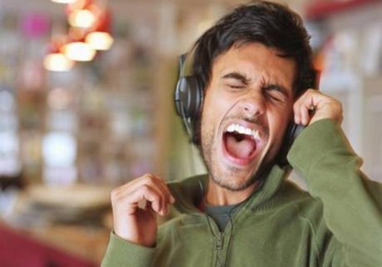 Mendengarkan Audio Anti Malas